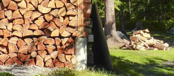 Rangement de bois de chauffage sous abri - Bois bûche bois scié. Contactez-nous !